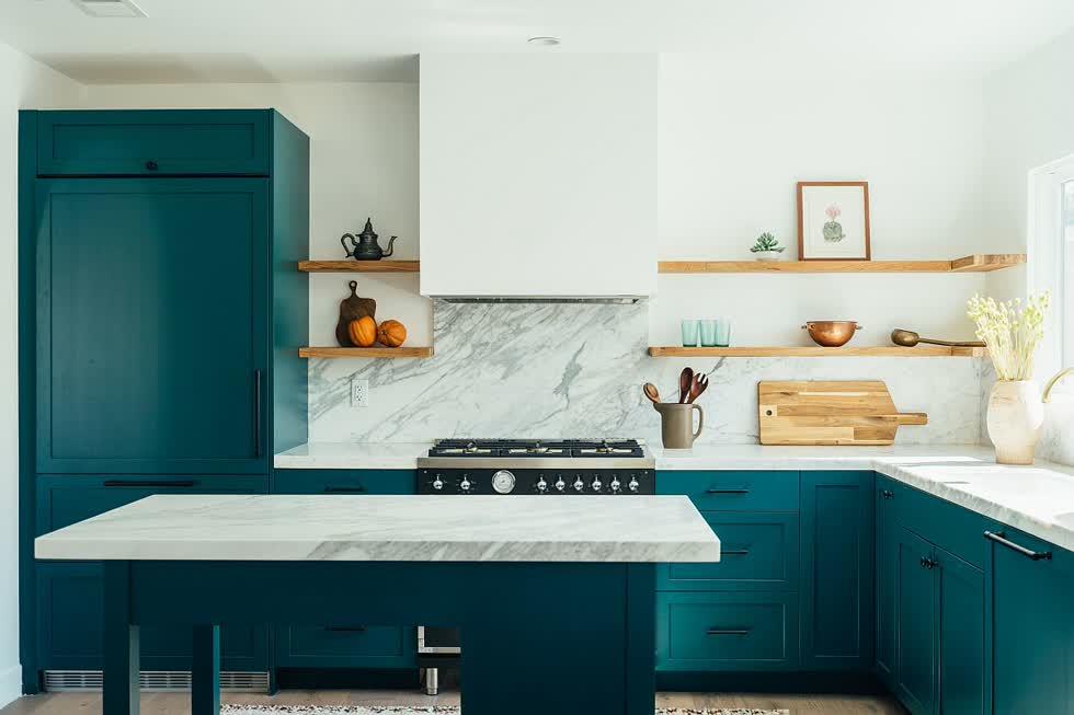 Gian bếp kết hợp bằng đá cẩm thạch trắng cùng tủ bên trong nhà bếp hiện đại.