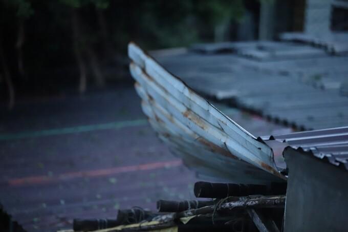 Mái tôn nhà dân ở cửa biển thị trấn Thuận An bị gió cuốn bay. Ảnh:Võ Thạnh