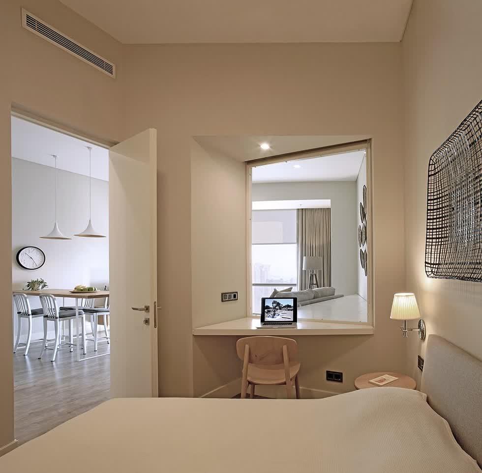 Cửa sổ lớn trong phòng ngủ được sơn màu trắng giúp cảm giác rộng rãi hơn, cũng như tràn ngập ánh sáng.