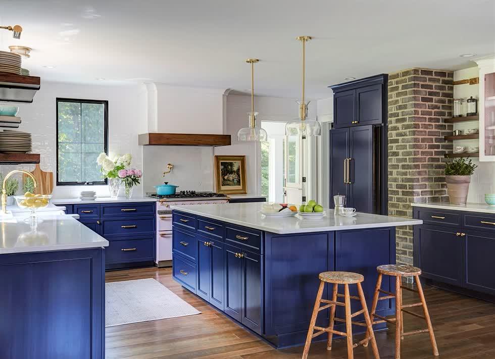 Căn bếp hiện đại với một vệt màu xanh được pha trộn với nhau.