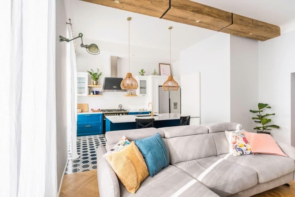 Nhóm thiết kế phân chia phòng khách với khu vực bếp bằng việc sử dụng vật liệu thay vì vách ngăn. Khu vực bếp được lát gạch hình lục giác đẹp mắt, được làm thủ công ở Maroc, còn phòng khách được lát sàn gỗ sồi xương cá.
