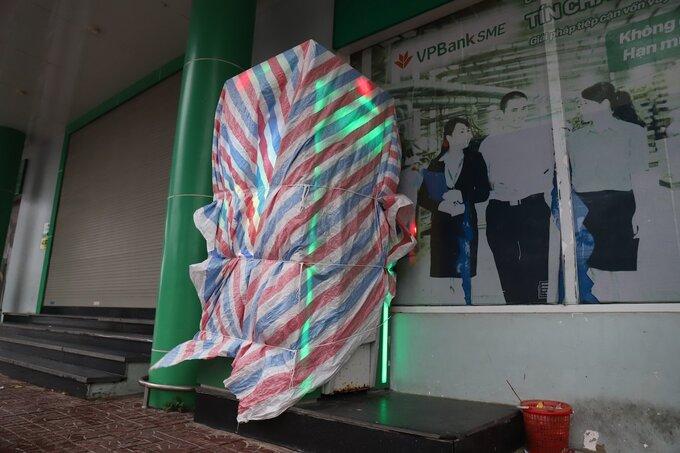 Một cây ATM trên quốc lộ 1A qua Hà Tĩnh được bọc bạt để chống bão. Ảnh:Đức Hùng