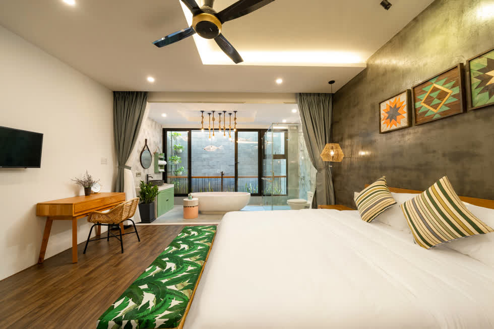 Một phòng ngủ khác với thiết kế phòng tắm mở rất lãng mạn.