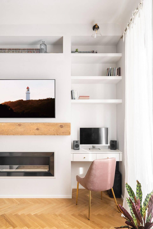 Gam màu trắng của nội thất giúp cho không gian phòng khách rộng thoáng hơn.