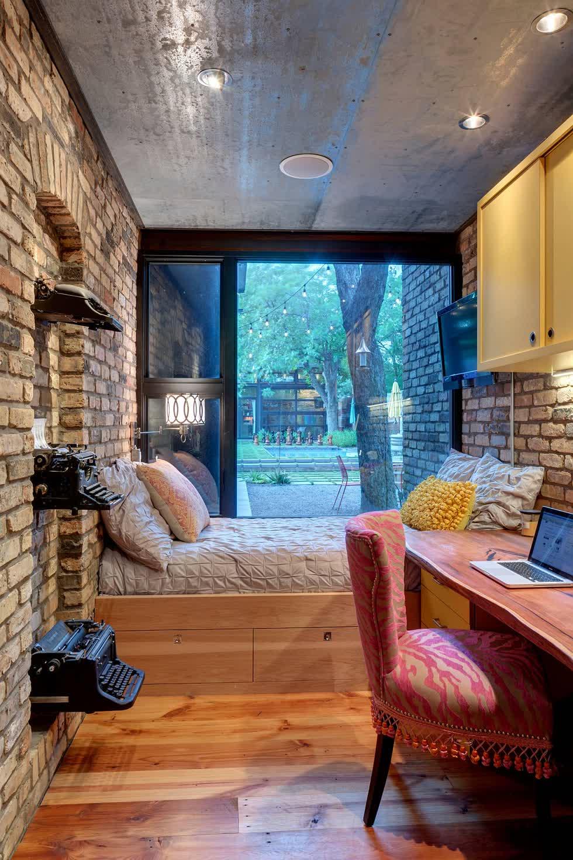 Không gian lưu trữ dưới giường trong phòng ngủ nhỏ mang đến một thiết kế gọn gàng.