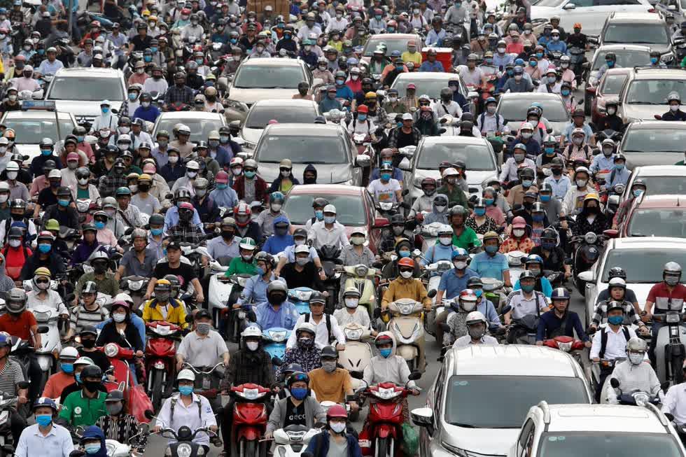 Giờ cao điểm buổi sáng như thường lệ tại Hà Nội vào ngày 25/5 trở lại như trước đây do phần lớn đã được khôi phục ở Việt Nam, một đất nước 97 triệu dân.