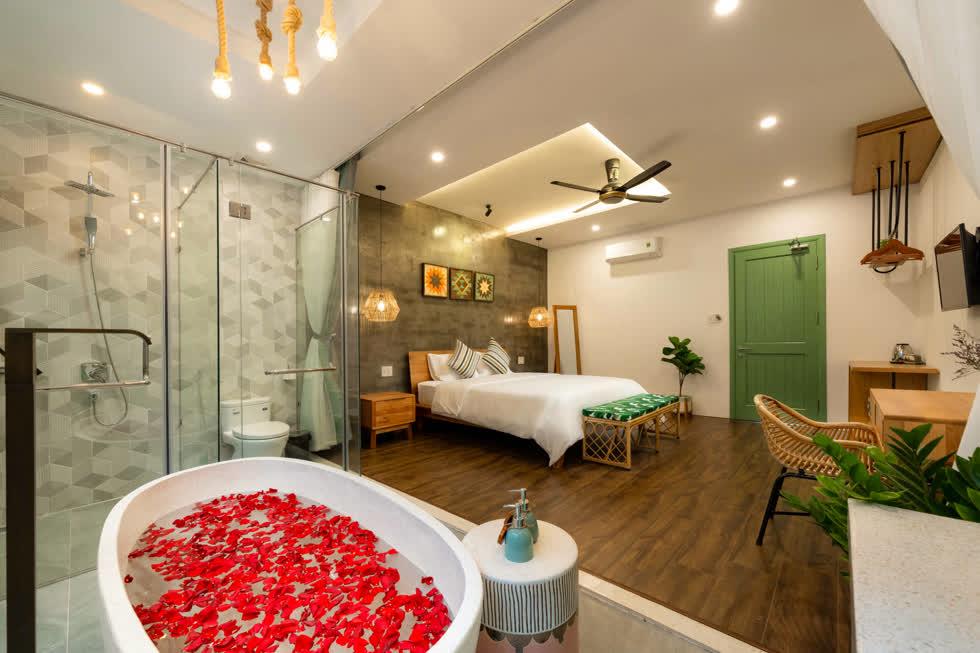 Phòng tắm được phối màu xinh xắn, phòng vệ sinh tách biệt, tiện nghi.