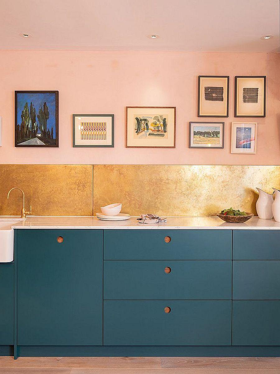 Màu xanh lục nhạt hơn với lớp sơn mờ tạo cảm giác như một màu trung tính được thêm vào bếp.