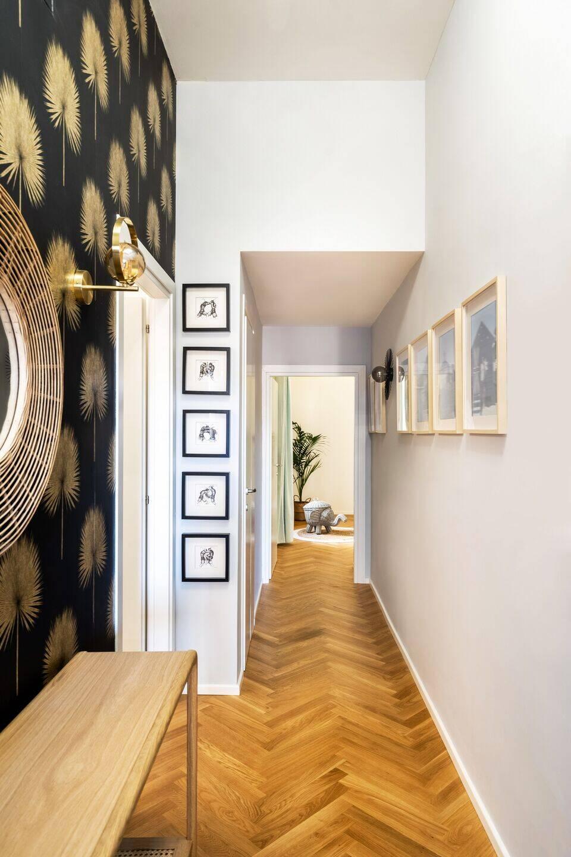 Hành lang dẫn đến các phòng chức năng khác được trang trí bởi những bức tranh nhỏ bắt mắt, giúp không gian thêm sinh động.