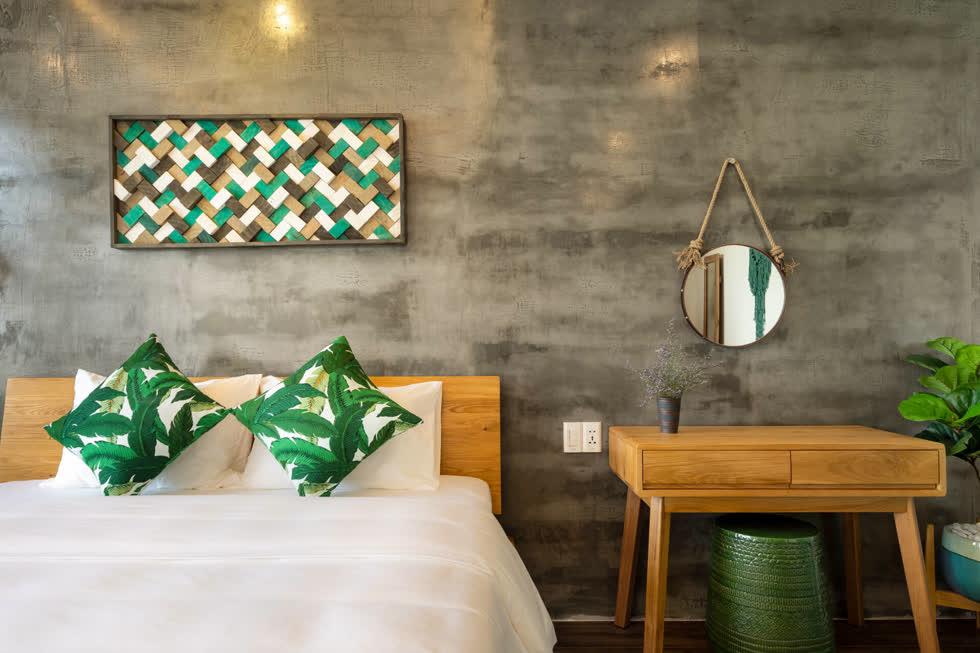 Gia chủ sử dụng gỗ sồi Mỹ cho giường tủ, bàn trang điểm vì giá cả hợp lý, tông và vân màu rất Tây, phù hợp với phong cách của tổng thể ngôi nhà.