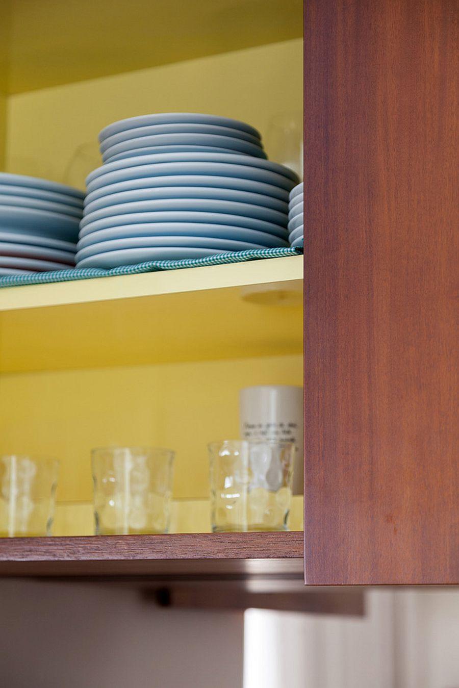Nhìn vào bên trong các kệ gỗ của căn hộ Studio với thiết kế tuyệt vời.