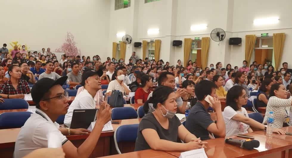 Phụ huynh có mặt tại trường Tiểu học Trần Thị Bưởi vào chiều 7/11 để bầu Ban đại diện cha mẹ học sinh mới. Ảnh: Nhật Sang