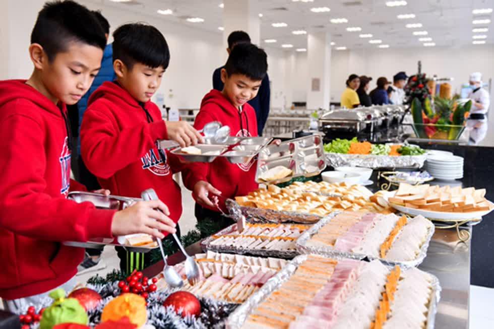 Học viên PVF được chăm lo kỹ lưỡng trong từng bữa ăn. Chế độdinh dưỡng được tính toán khoa học đảm bảo vừa ngon miệng vừa hỗ trợquá trình trưởng thành, tập luyện của học viên.