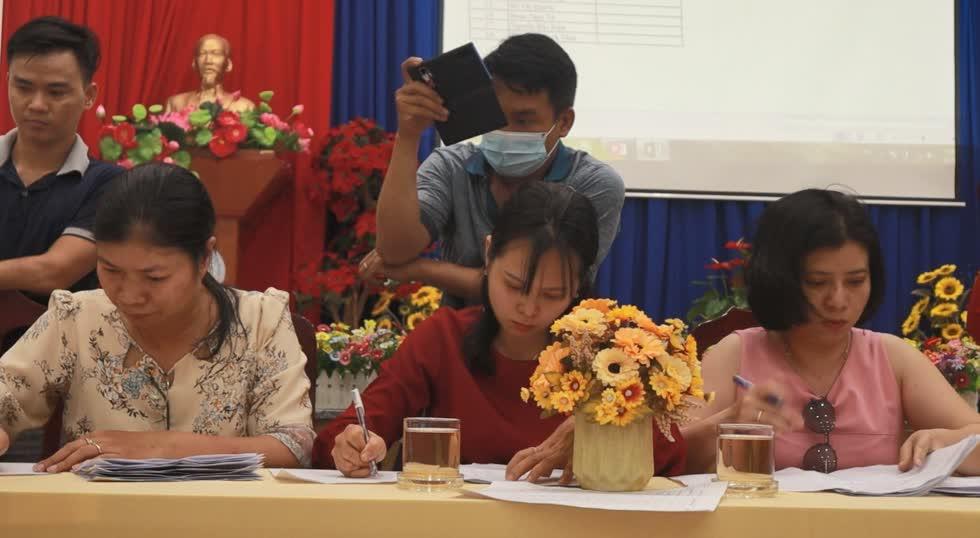 Công tác kiểm phiếu bầu Ban đại diện cha mẹ học sinh mới. Ảnh: Nhật Sang