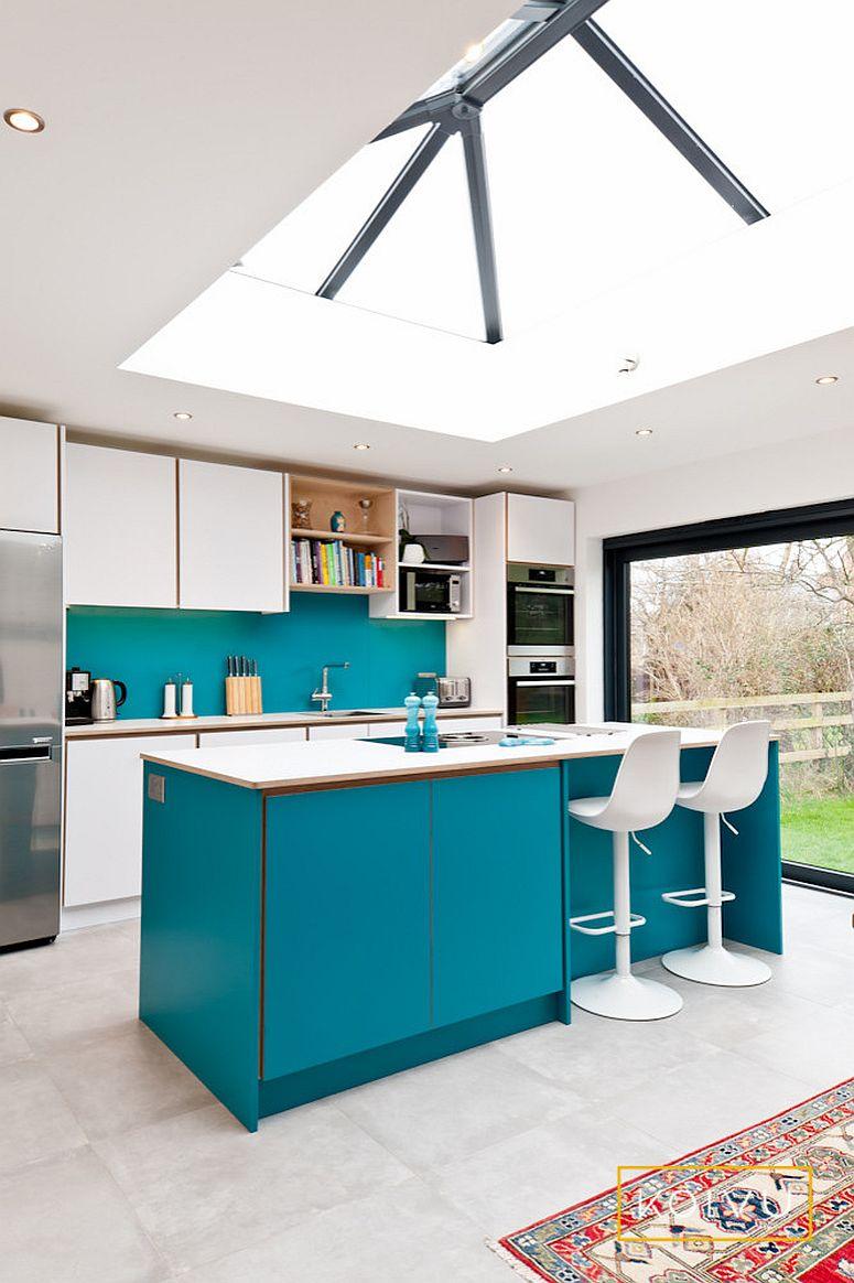 Hãy thử các sắc thái khác nhau của màu xanh lam kết hợp với một màu xanh lục trong nhà bếp trung tính với ánh sáng tự nhiên tạo cảm giác rộng rãi.