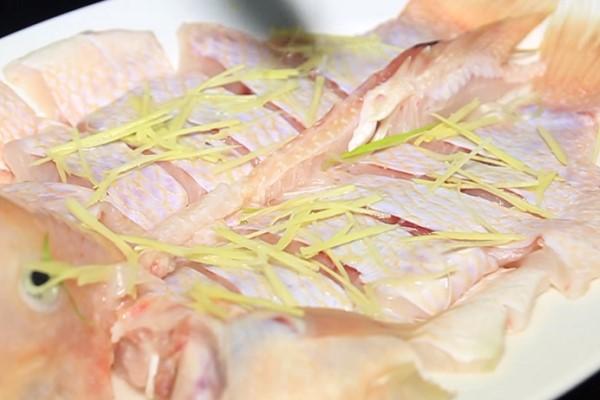 Cá điêu hồng hấp xì dầu, thơm ngọt đậm đà