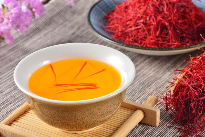 Nhụy hoa nghệ tây thật ngâm trong nước sẽ cho màu vàng và ngụy hoa vẫn giữ nguyên màu đỏ thẩm.
