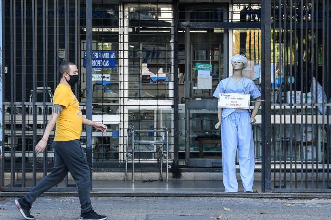Người dân đeo khẩu trang phòng lây nhiễm COVID-19 tại Santiago, Chile. Ảnh: TTXVN.