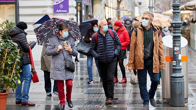 Người dân đeo khẩu trang phòng lây nhiễm COVID-19 tại Vienna, Áo. Ảnh: THX