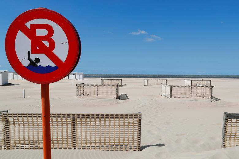 Hàng rào được thiết lập để đảm bảo các quy tắc phân tán xã hội trên một bãi biển hoang vắng khi Bỉ bắt đầu nới lỏng các hạn chế phong tỏa ở Knokke-Heist, Bỉ, ngày 14/5. Ảnh: REUTERS