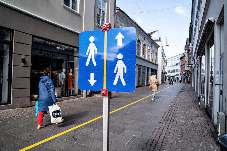 Một dải màu vàng được vẽ ở giữa phố đi bộ để giúp mọi người tuân thủ các nguyên tắc khoảng cách xã hội ở Aalborg, Đan Mạch, ngày 4/5. Ảnh: REUTERS