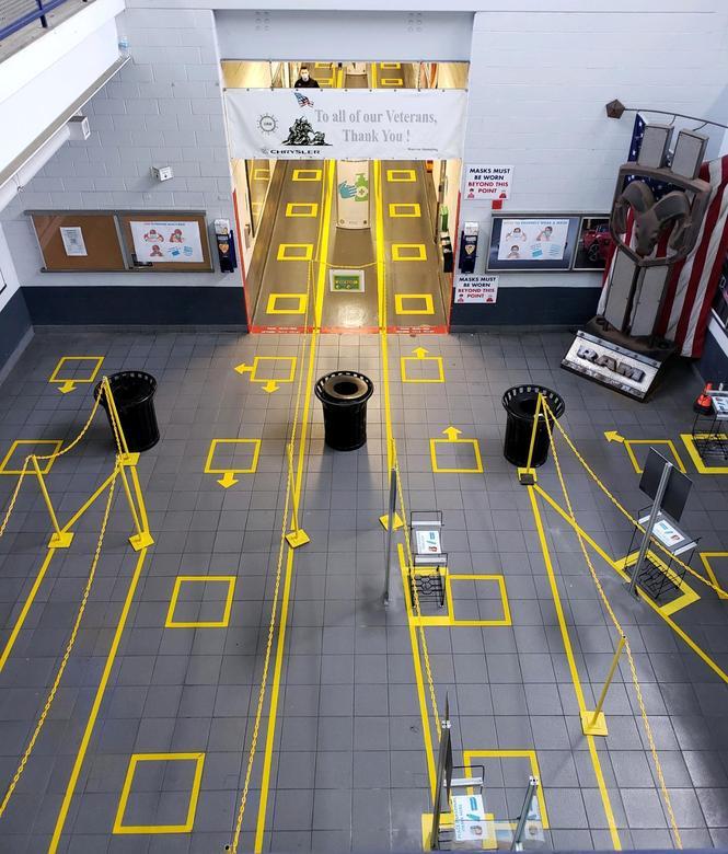 Một lối vào tại Nhà máy dập Warren của FCA được đánh dấu bằng băng keo và dây đai màu vàng để giúp nhân viên duy trì sự giãn cách xã hội ở Warren, Michigan. Ảnh: REUTERS