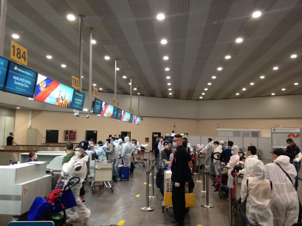 Hành khách Việt Nam làm thủ tục về nước tại sân bay Sheremetyevo, Moscow. Ảnh: VNA