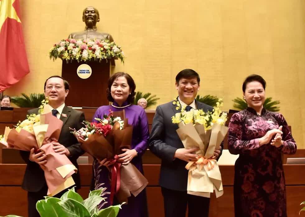 Chủ tịch Quốc hội Nguyễn Thị Kim Ngân chúc mừng các tân Bộ trưởng Bộ Y tế, Thống đốc Ngân hàng Nhà nước Việt Nam,Bộ trưởng Bộ Khoa học và Công nghệ. Ảnh: VGP