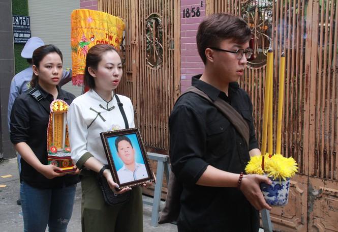 Gia đình đưa linh cữu học sinh Nguyễn Trung Kiênđến nơi an táng. Ảnh: Tiền Phong.