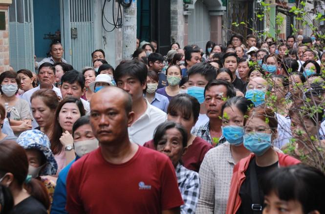 Ngoài người thân còn có rất đông hàng xóm đã đến tiễn đưa em Kiên.