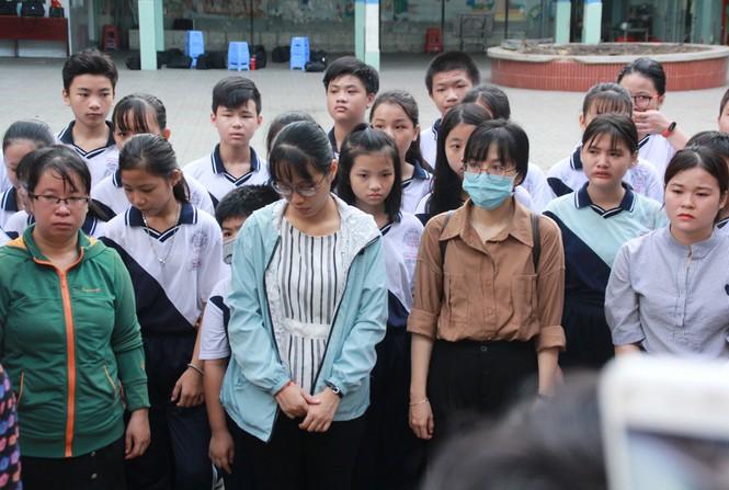 Thầy cô và bạn bè trường THCS Bạch Đằng lặng lẽ đứng trước cổng trường tiễn em Kiên. Ảnh: Tiền Phong