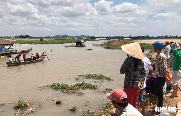 Người dân theo dõi lực lượng chức năng TP.Long Xuyên trục vớt thi thể 2 em học sinh bị đuối nước thương tâm trên sông Hậu - Ảnh:Tuổi Trẻ