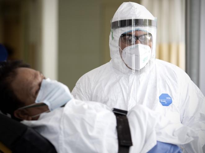 Nhân viên y tế chuyển bệnh nhân mắc COVID-19 tại một bệnh viện ở Mexico City, Mexico. Ảnh: TTXVN.