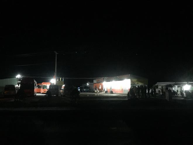 Lực lượng chức năngphong tỏa bến xe Vị Thanh. Ảnh: VTCNews