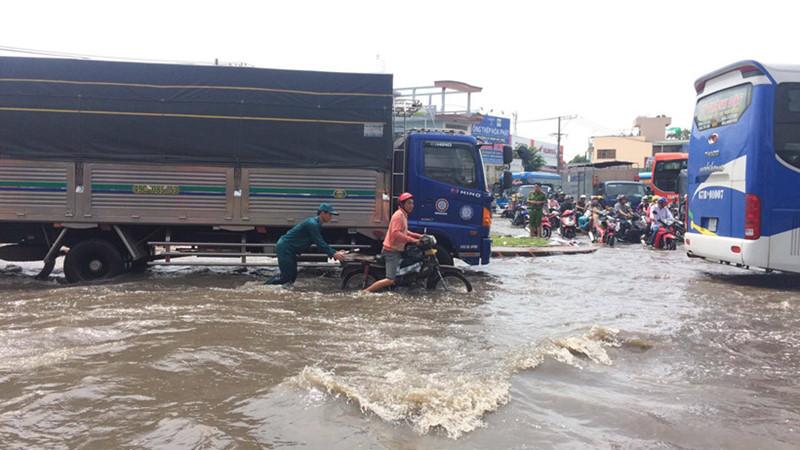Vòng xoay An Lạc (quận Bình Tân) là nút giao thông quan trọng cửa ngõ phía tây TP.HCM. Tuy nhiên, hễ mưa lớn, khu vực lại ngập sâu, giao thông ùn ứ. Ảnh: Thanh Niên