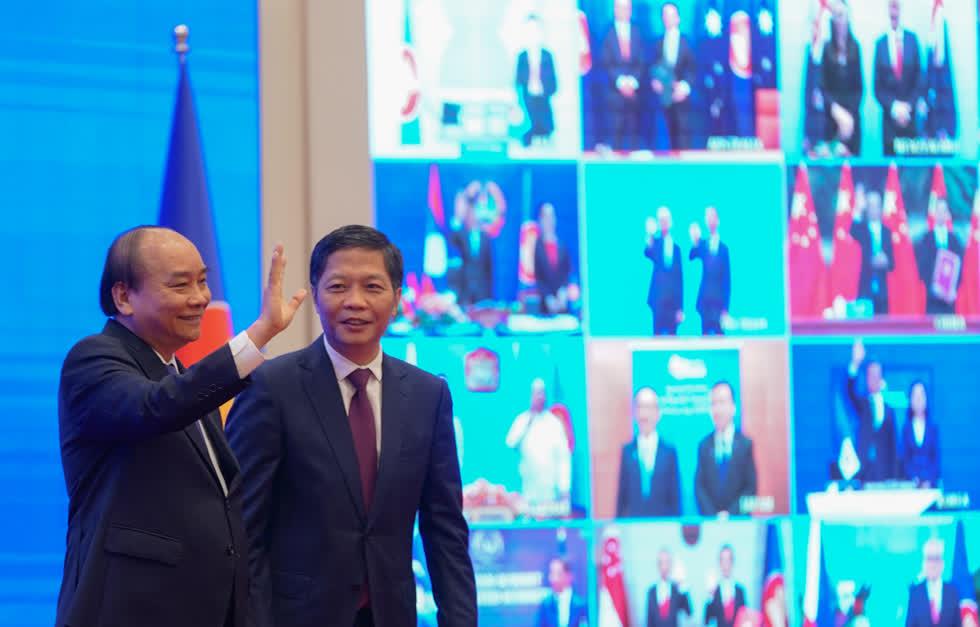 Từ đầu cầu Hà Nội, Thủ tướng Nguyễn Xuân Phúc gửi lời chào tới các nhà lãnh đạo ASEAN và lãnh đạo 5 nước đối tác trong lễ ký Hiệp định RCEP. Ảnh: VGP