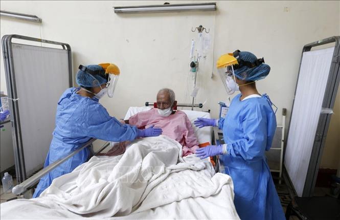 Nhân viên y tế chăm sóc bệnh nhân COVID-19 tại bệnh viện ở Lima, Peru, ngày 15/4. Ảnh: TTXVN