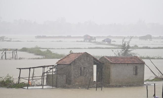 Nước sông Nhật Lệ dâng nhanh, một số khu vực nhà dân, bờ kè, nước đã ngấp nghé tràn vào nhà. Ảnh:Việt Linh