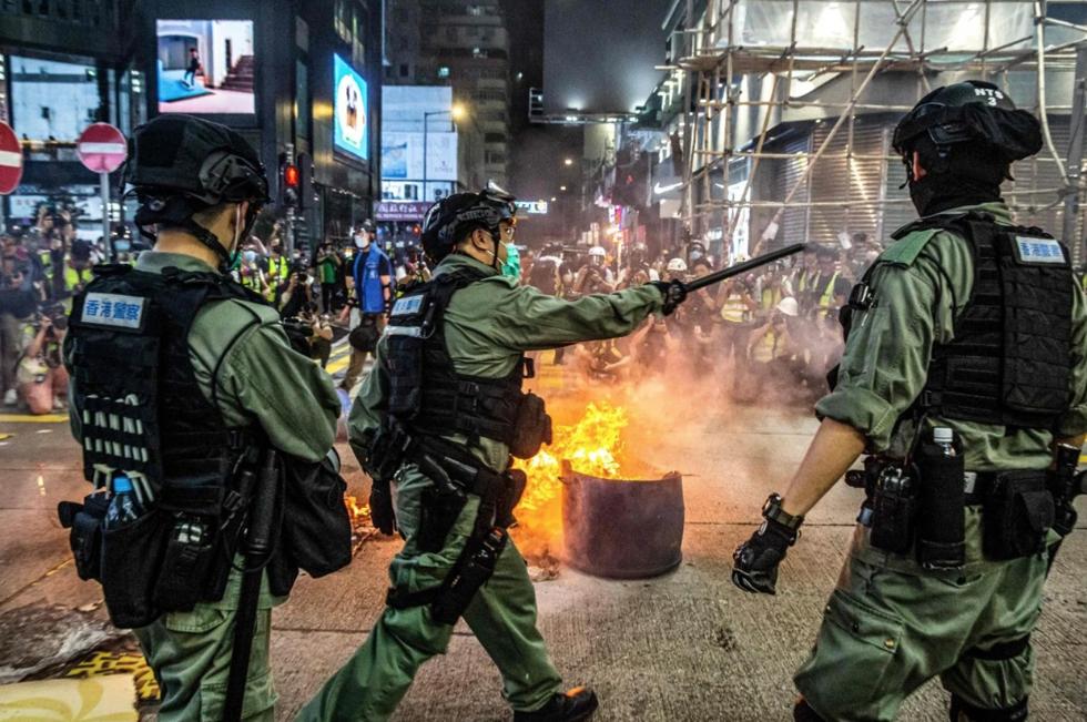 Cảnh sát ngăn chặn những người biểu tình ở đường ở Mong Kok vào ngày 27 tháng 5. Ảnh: AFP