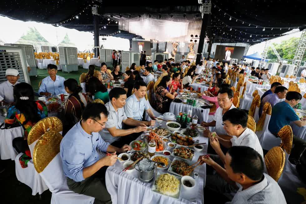 Cuối tuần vừa qua, người thân đã cùng nhau đến Hà Nội dự tiệc cưới của một tiếp viên hàng không của và một doanh nhân ngành hàng không. Ảnh: Reuters.