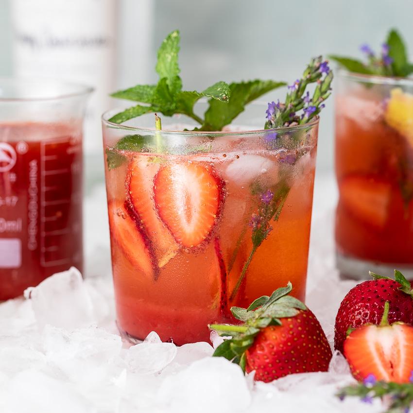 Một ly cocktail dâu mát lạnh có thể giúp bạn thư giãn sau một tuần mệt mỏi với công việc. Ảnh: Internet