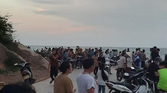 Vùng biển nơi 1 học sinh tắm rồi bị sóng cuốn mất tích. Ảnh: VOV