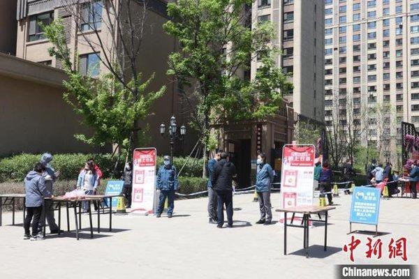 Lực lượng y tế Cát Lâm lập chốt kiểm tra sức khỏe tại lối vào các khu chung cư. Ảnh: Chinanews.