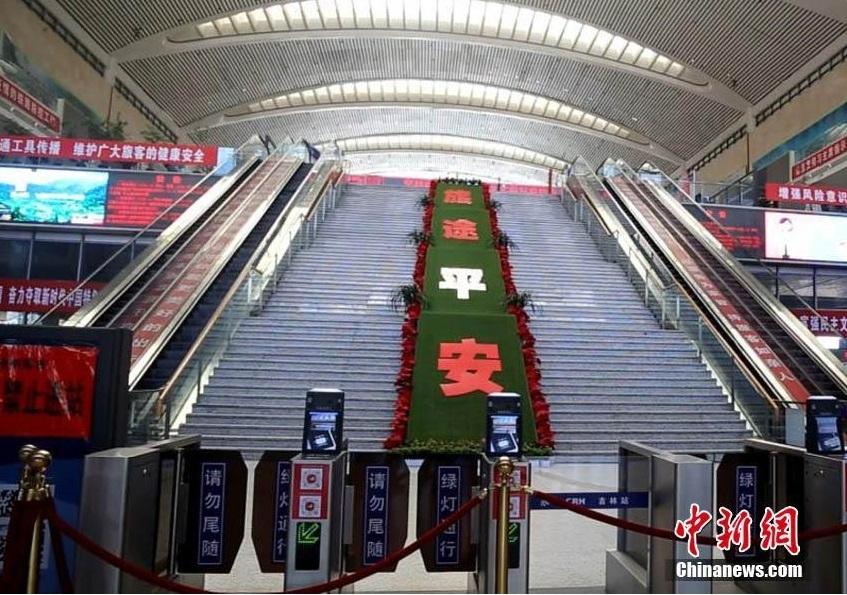 Trái ngược với cảnh tái mở cửa đang diễn ra trên toàn Trung Quốc, các thành phố ở tỉnh Cát Lâm đã dừng hoạt động các chuyến tàu, xe buýt, đóng cửa nhiều trường học và cách ly hàng chục nghìn người. Ảnh chụp tại ga tàu cao tốc Cát Lâm không một bóng người do lệnh hạn chế đi lại.Ảnh: Chinanews.