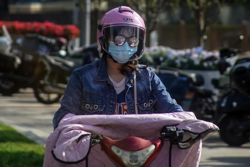 Mũ bảo hiểm sẽ trở nên bắt buộc đối với người đi xe đạp điện ở Trung Quốc kể từ ngày 1/6. Ảnh: EPA.