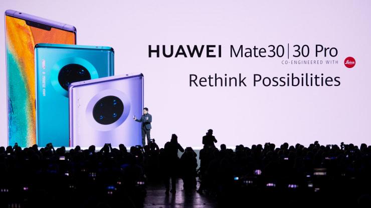 Giám đốc điều hành Huawei Richard Yu giới thiệu điện thoại P30 và P30 Pro.