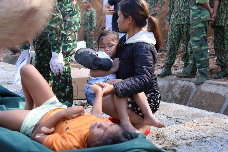 Hai cháu bé con của chị Hồ Thị Hà (28 tuổi)được lực lượng chức năng đưa ra khỏi hiện trường, kịp thời cứu chữa, cha chị Hà là một trong số các nạn mất trong vụ sạt lở. Ảnh: ANTT