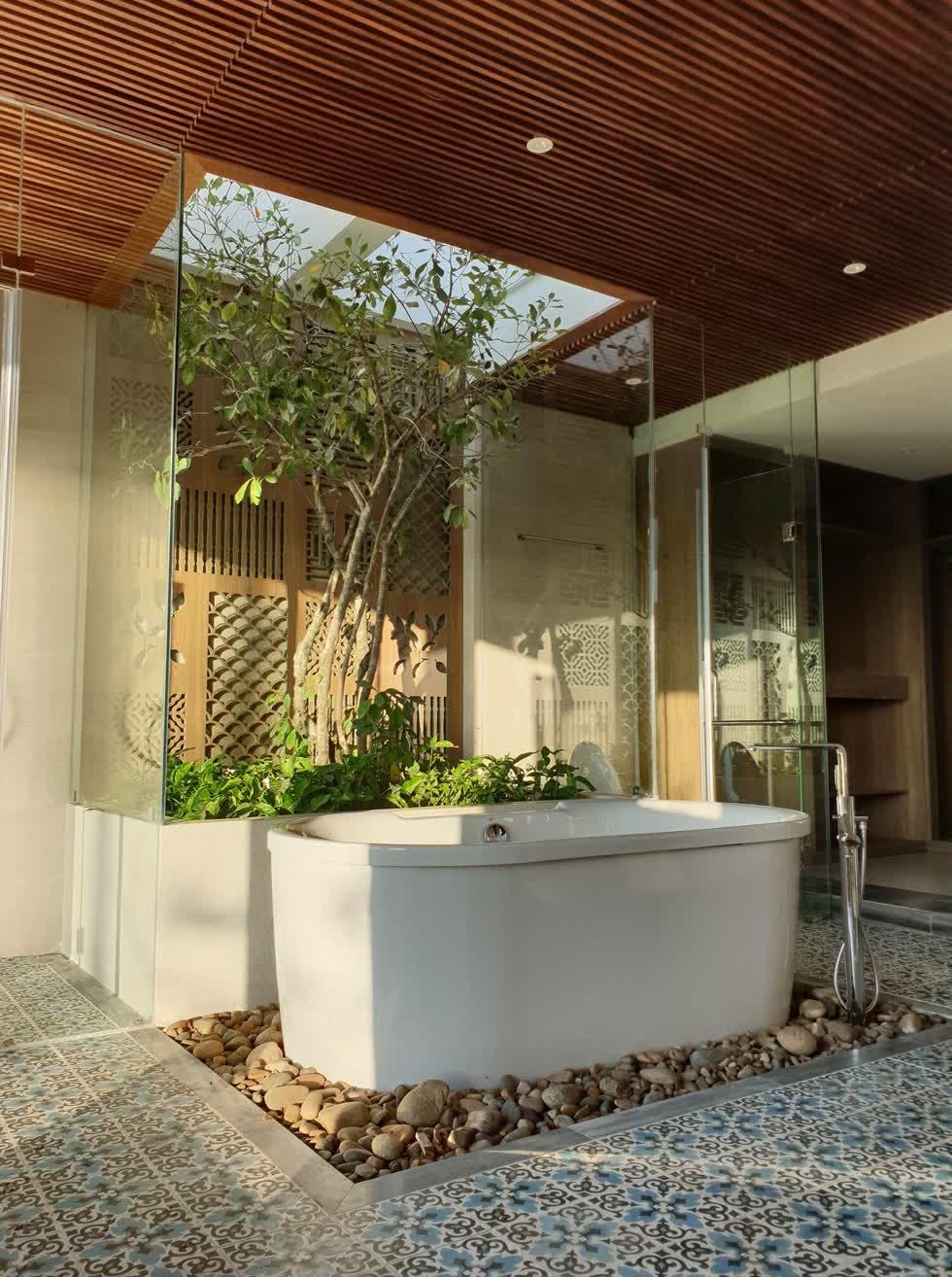 Bồn tắm nằm ở vị trí gần giếng trời chan hòa ánh sáng.