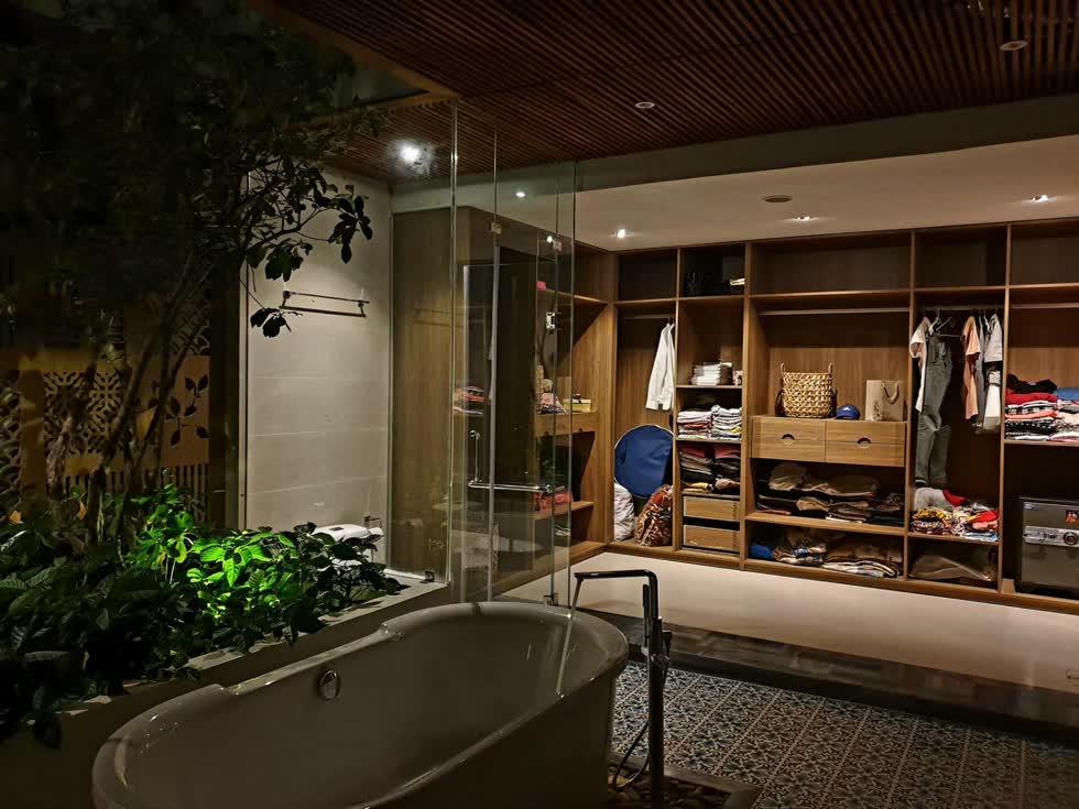 Phòng thay đồ thông với bồn tắm lộ thiên nên có thể đón nhận luồng không khí mát lành.