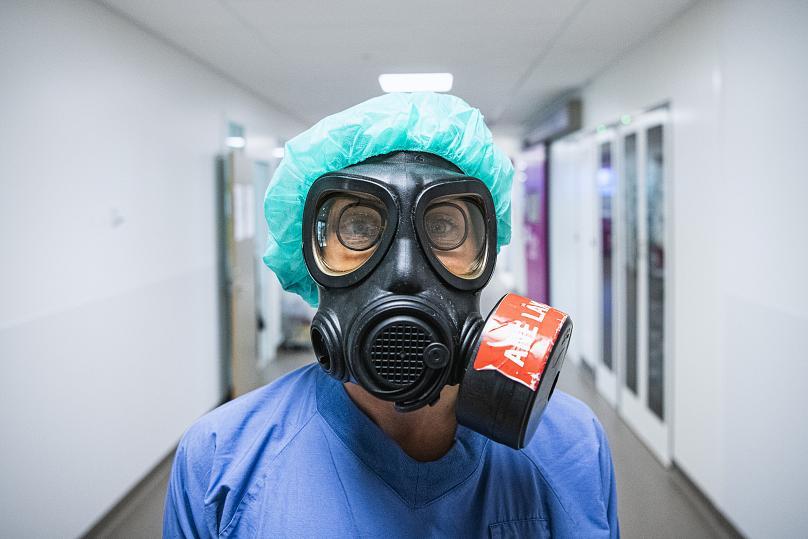 Karin Hildebrand, bác sĩ trong một đơn vị chăm sóc đặc biệt tại bệnh viện Sodersjukhuset ở Stockholm, đeo mặt nạ bảo vệ trong đại dịch coronavirus COVID-19. Ảnh: AFP.